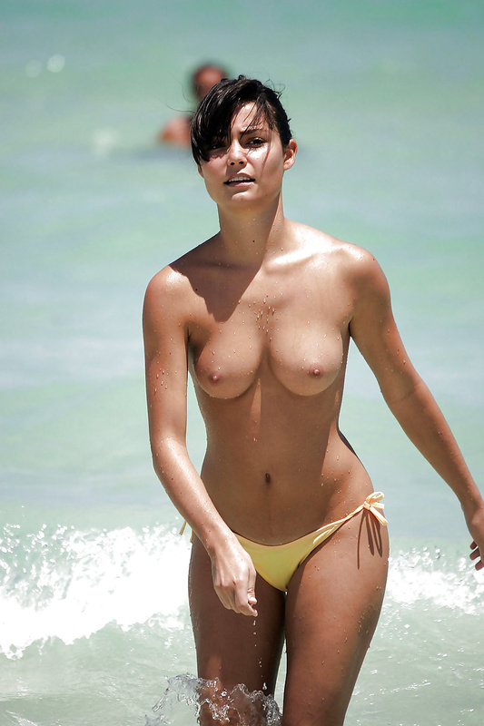 Amateur Brunette Pussy with Nice Boobs Caught Topless at Beach
